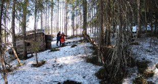 Trolle & Trolla letar påskägg🥚i skogen vid sin koja! Det går som det brukar göra…